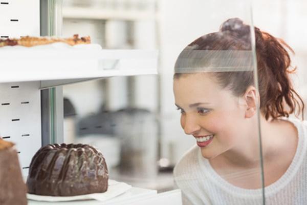 チョコケーキに見とれる女性
