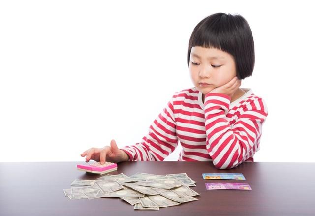 お金の勘定をする女の子