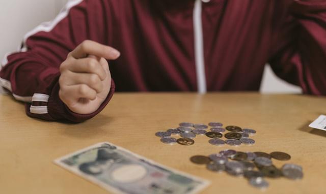 お金の勘定をする女性