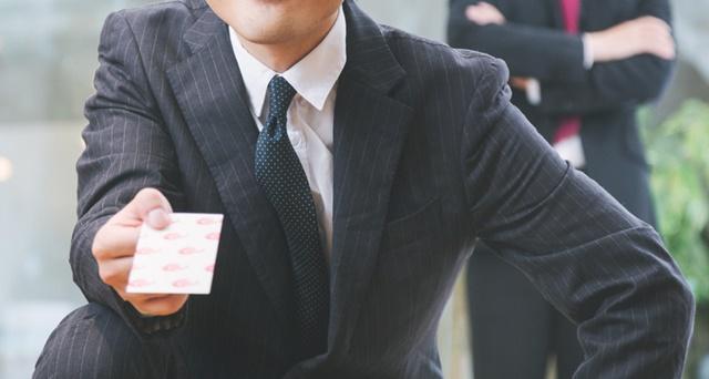 生活保護受給者に期末一時扶助をポチ袋で渡す男性