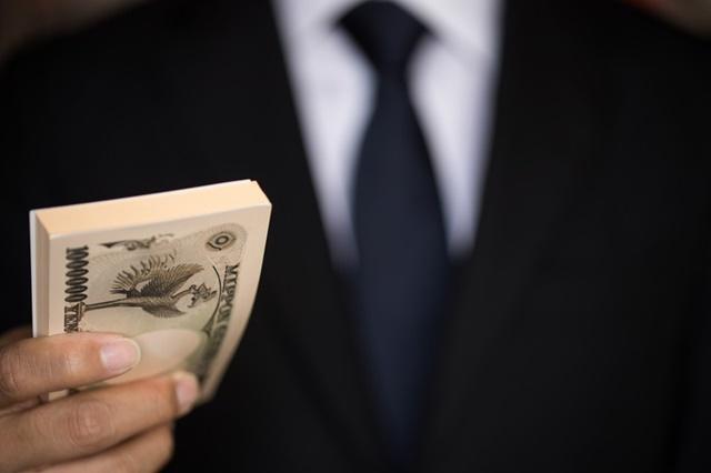生活保護のお金(生活扶助と住宅扶助)を渡す男性