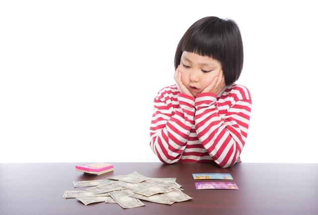 冬季加算でもらえる金額を計算している女性