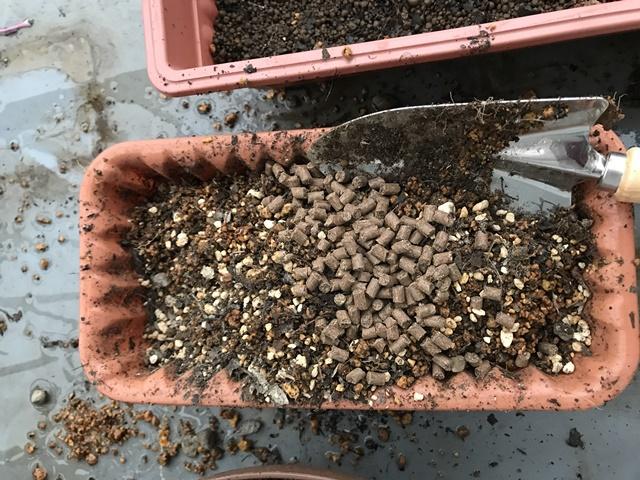 油粕を撒いた土
