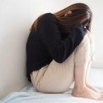 難病を患い絶望する女性