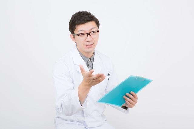 医療扶助について説明する医師