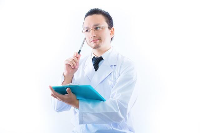 医療扶助の適用範囲を説明する医師