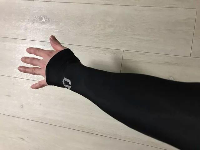 アームカバーを装着した手
