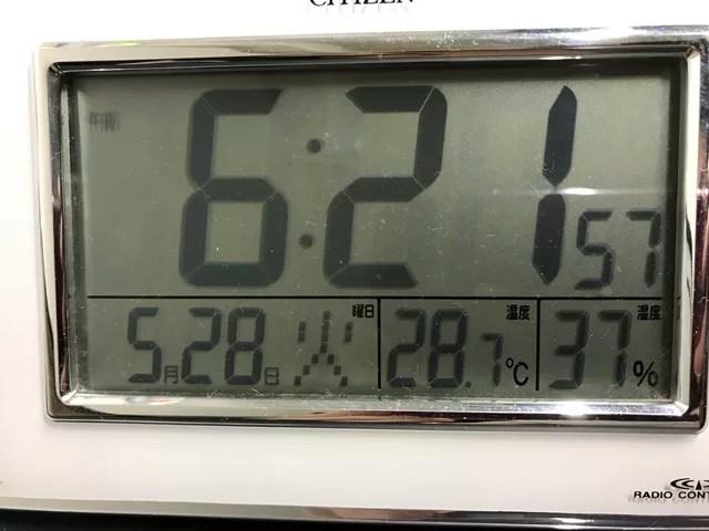 起床後すぐで28.7度ある室内