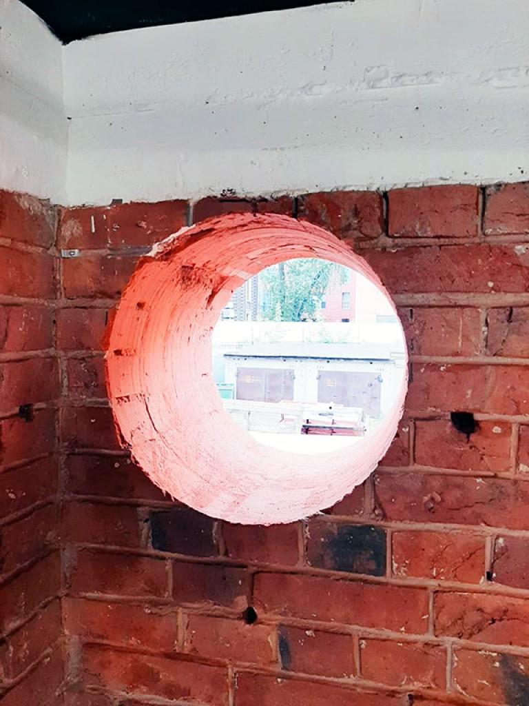 Идеальное отверстие в кирпичной стене