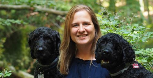 Dr. Katja Ebach mit ihren beiden Hunden