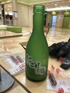工場見学はAM10:40からでしたのでそれまでまずはJRの三田駅のイオンで日本酒を買って一杯!
