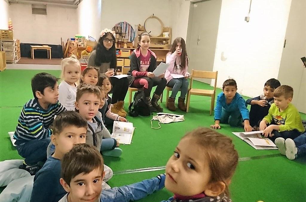 SchülerInnen der WMS Kauergasse lesen im Kindergarten