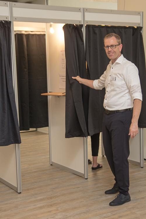 Foto: I Ø. Brønderslev var Peter Stecher klar til at anvise en ledig stemmeboks. Foto Tex