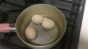 鍋に水を入れる