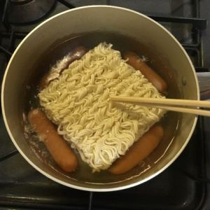 麺を鍋に入れる