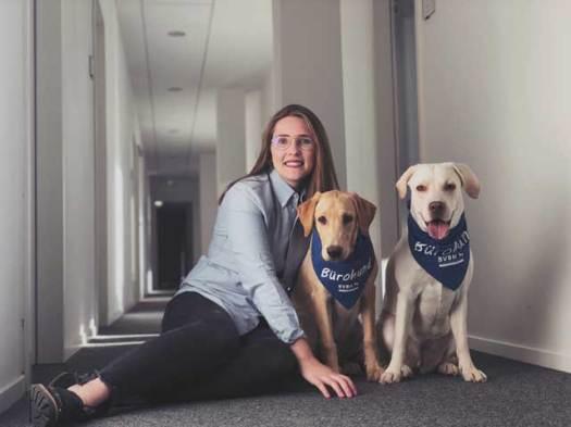Kinga Pietraszek mit den Bürohunden Capri und Limmo