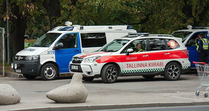 Машины скорой помощи и полиции.
