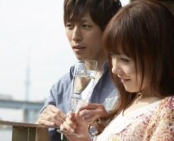 炭酸水を飲むカップル