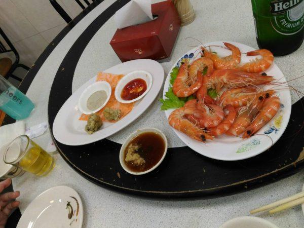 台湾・旗津港の海鮮料理店でエビとカキフライで台湾ビール