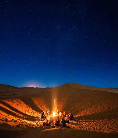 Lumière d'un groupe dans le désert