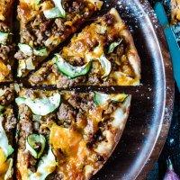 Hackfleischpizza mit Karottensugo