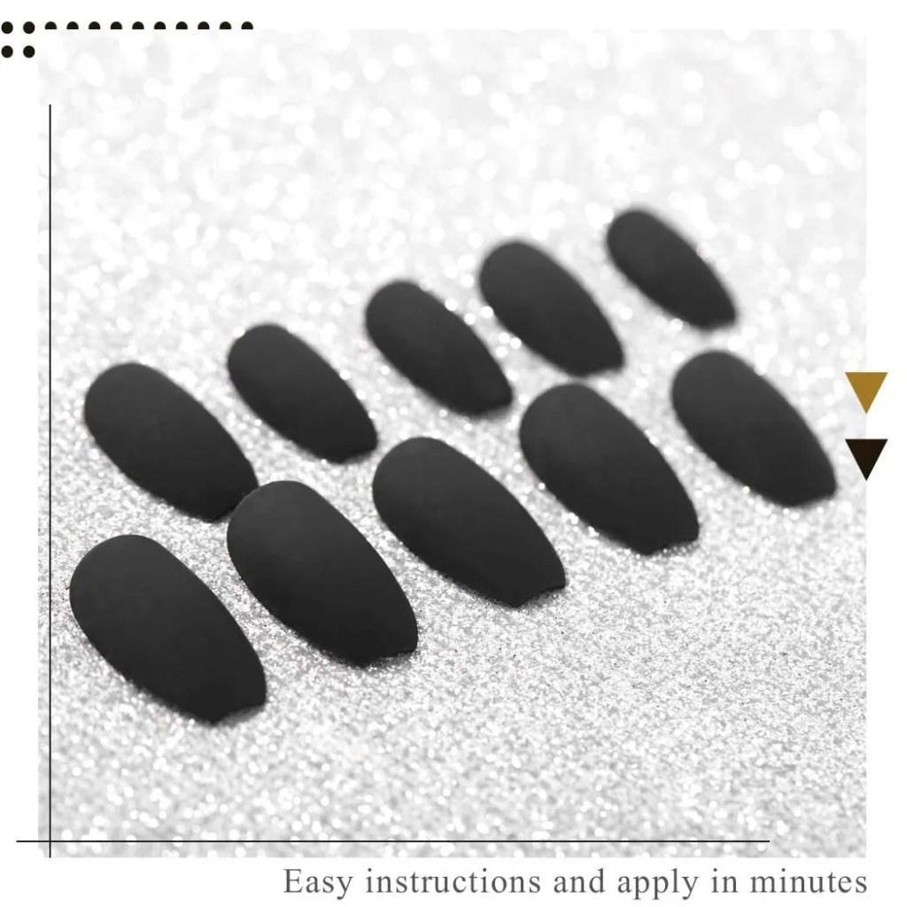uñas negras en decoraciones de uñas