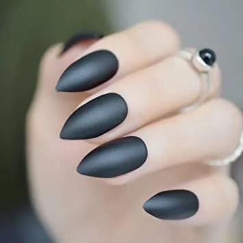 diseños de uñas negras con color mate