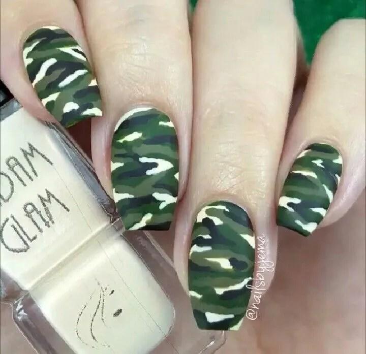 uñas verdes color militar