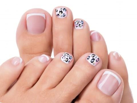 Pedicura sencillos bonitos y elegantes rosa, blanco y negro