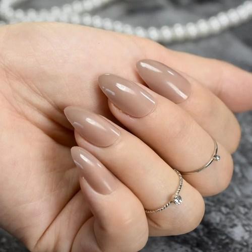 Uñas con forma stiletto o gota de agua, ovaladas de punta afilada, manicura de cobertura total, uñas artificiales