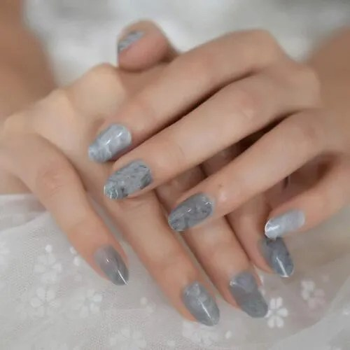 Uñas postizas ovaladas brillantes grises textura de mármol 2022