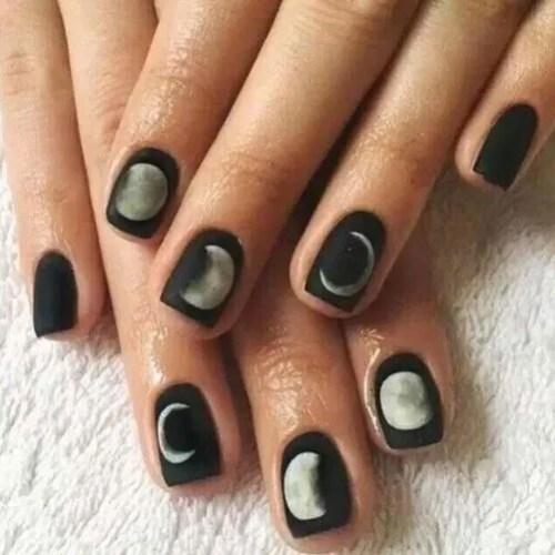 Imagen esmalte de uñas de gel negro mate con diseño de luna 2022