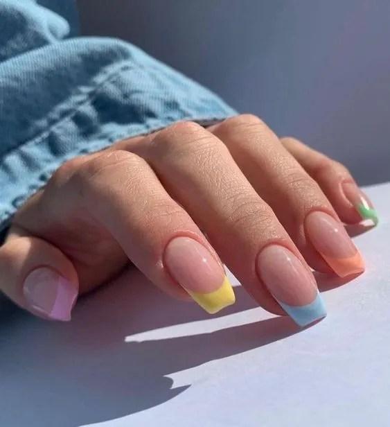 uñas francesa azul cielo claro con difrentes colores