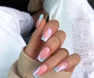uñas postizas de color azul cielo con rosa en rallas