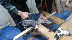 作業部屋のスライド丸ノコの上に簡単な棚を作る (41)