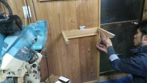 作業部屋のスライド丸ノコの上に簡単な棚を作る (44)
