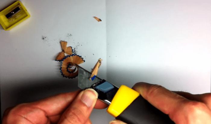 鉛筆をカッターナイフで削る2