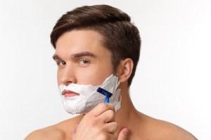 髭剃りをしている男性
