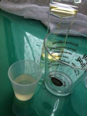 優光泉の原液とコップ