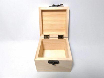 Caja cuadrada mediana abierta