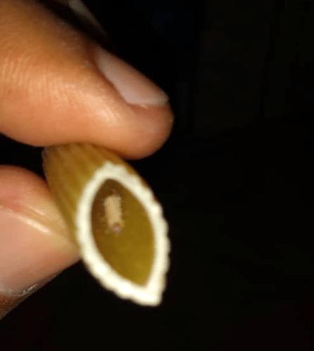 Denuncian venta de pasta con gusanos en supermercado de la Panamericana