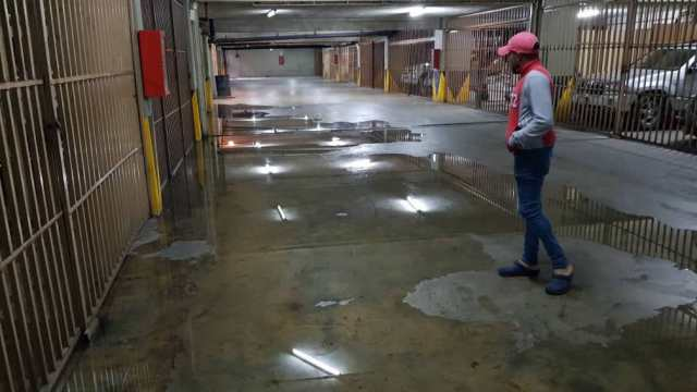 Colapso de tubería inunda fosa de ascensores y tanquilla de Corpoelec de residencias Sylvia en Los Salias