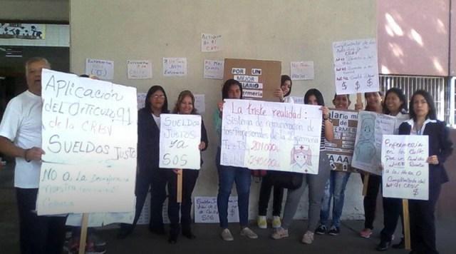 Enfermeras del HVS acatan paro de 24 horas protestando frente al hospital