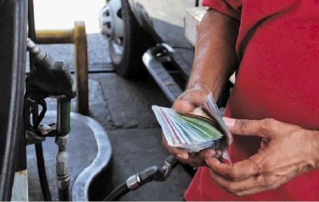 «Bomberos» imponen aumento de gasolina rechazando billetes de baja denominación