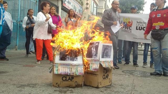 Caraqueños queman imágenes de diputados traidores adheridas a Cajas Clap