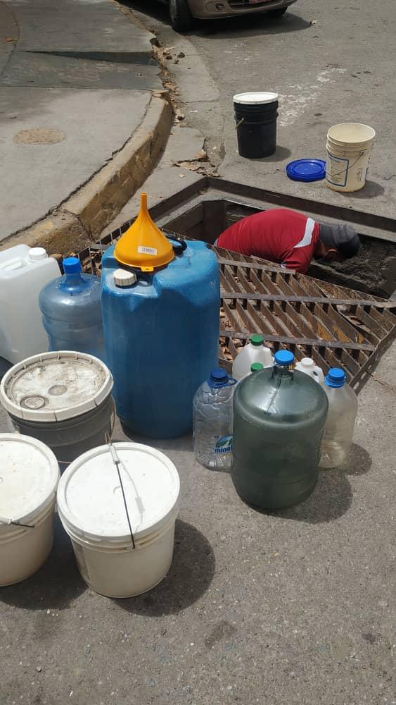 Desespero lleva a altomirandinos a buscar agua dentro de alcantarilla