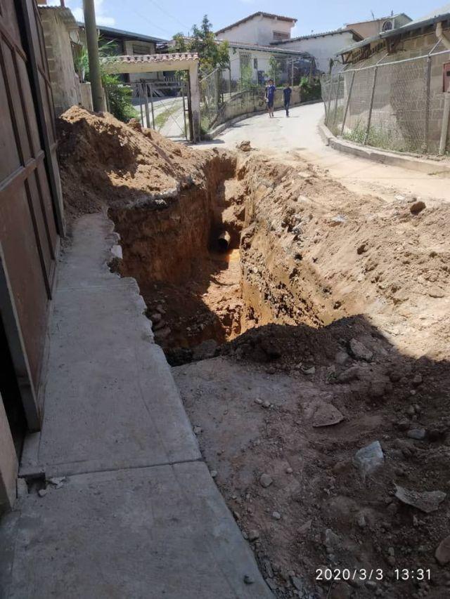 Vecinos de Carrizal verifican reparación de tubería que los tiene más de 20 días sin agua