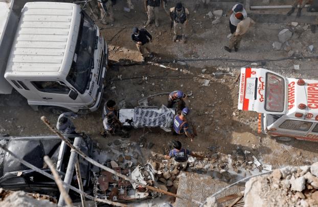 Imágenes desde el lugar donde se estrelló el avión de Pakistán International Airlines
