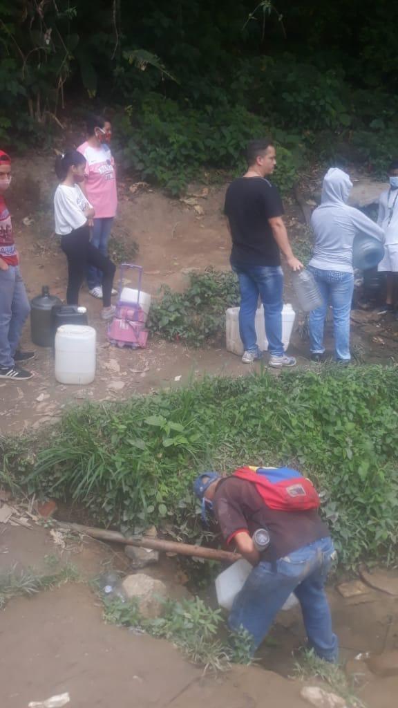 Vecinos de El Paso «sobreviven» con agua que recolectan en manga de coleo tras 20 días sin servicio