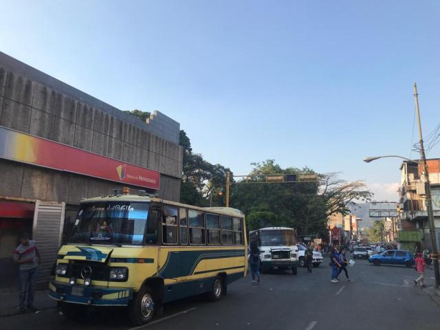 Transportistas de rutas cortas en Los Teques suben pasaje en medio de la cuarentena